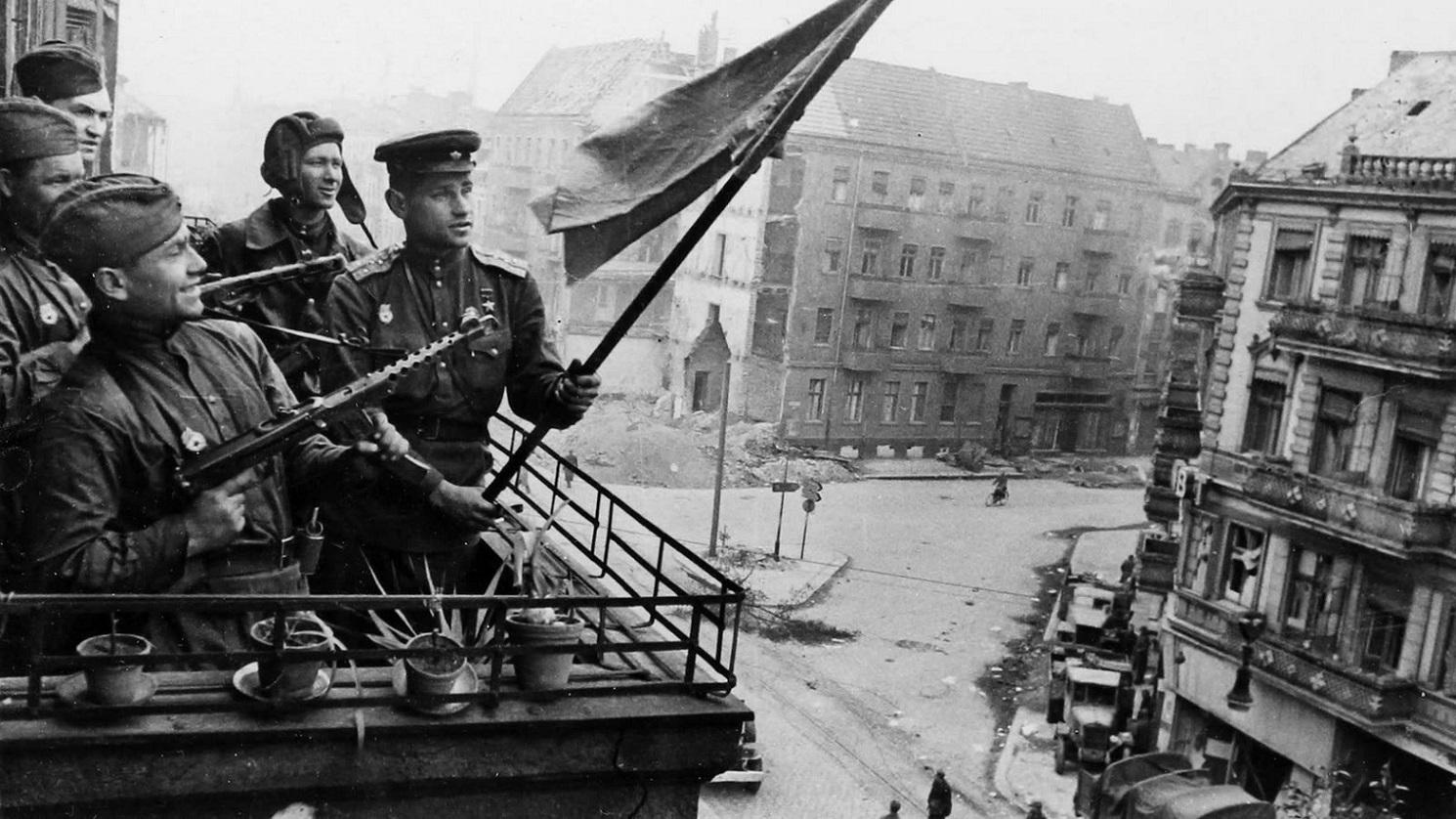 Красный день календаря. Путин одобрил идею о запрете сравнения СССР и нацистской Германии
